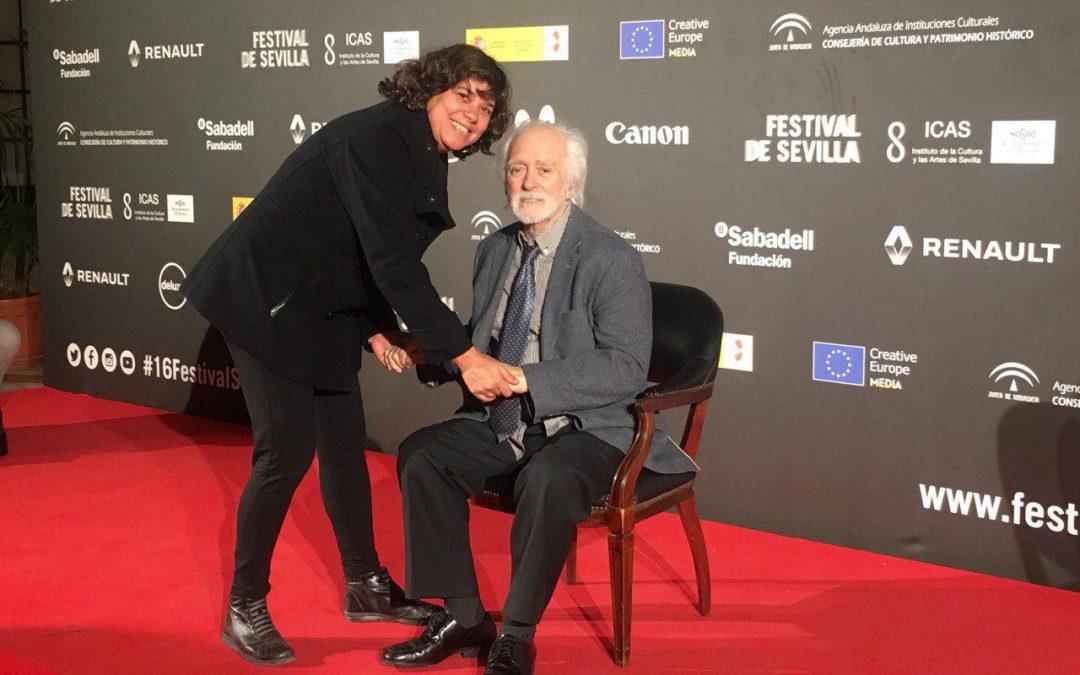 IU felicita a la joven sanluqueña Paola Sainz de Baranda, coproductora del documental 'Manolo Sanlúcar. El legado'